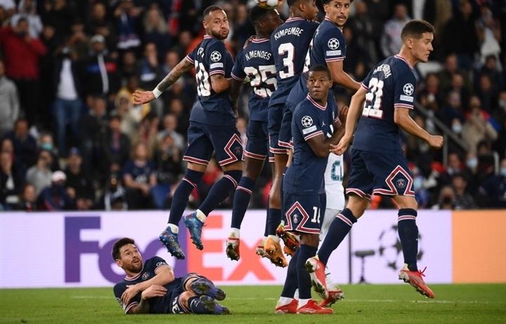 Messi gây sốc khi phải nằm làm hàng rào chắn đá phạt