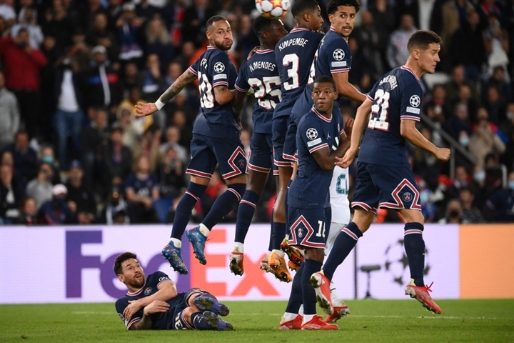 Messi gây sốc khi phải nằm làm hàng rào chắn đá phạt - 1