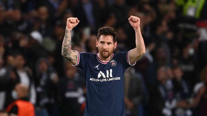 Messi gây sốc khi phải nằm làm hàng rào chắn đá phạt - 2