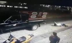 Thị trưởng bị dân kéo lê bằng xe tải