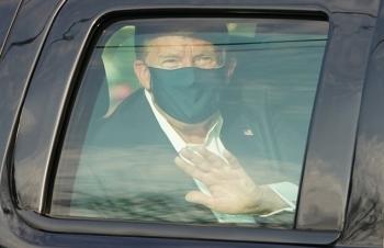 Tổng thống Donald Trump rời bệnh viện khi đang nhiễm Covid-19