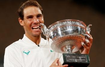Roger Federer và báo chí thế giới đồng loạt chúc mừng chiến công của Rafael Nadal