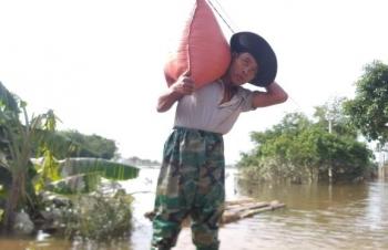 Lũ chưa rút hết, dân Hà Tĩnh lại lo chuyển đồ tránh bão số 8