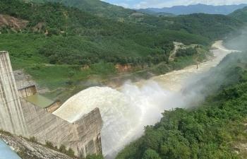 Nhiều thủy điện miền Trung xả lũ sau bão