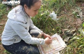 Sạt lở vùi lấp cả làng: Nghẹn ngào cảnh cô giáo nhòe lệ trên giấy khen học trò
