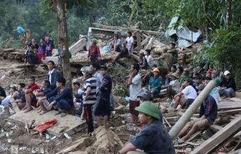 Ngày đầu tìm kiếm nạn nhân lở núi ở Trà Leng