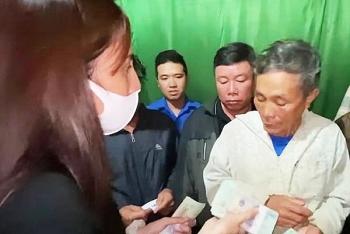 Cán bộ thôn ở Quảng Bình thu lại tiền của ca sĩ Thủy Tiên ủng hộ dân vùng lũ