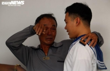 Gặp lại con trai sau 48 giờ chống chọi bão dữ, ngư dân òa khóc: