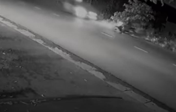 Chiến sĩ cảnh sát cơ động ở Hà Nội bị 2 ô tô tông liên tiếp