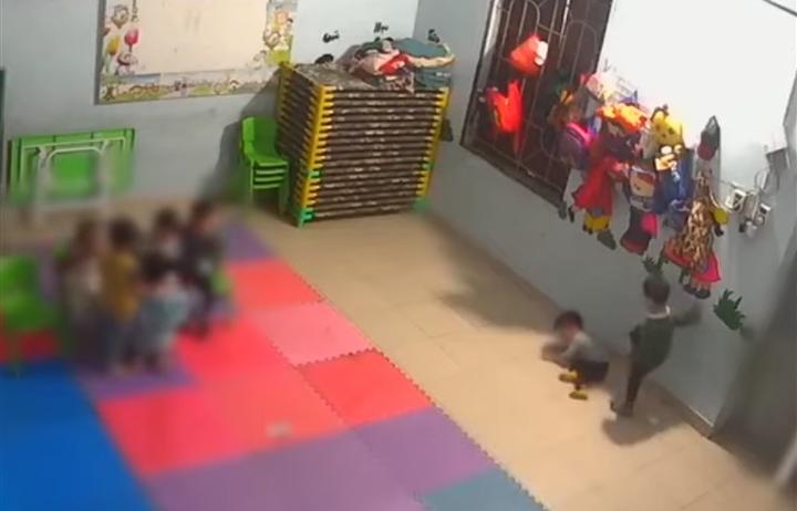 Bé gái 2 tuổi ở Bắc Giang bị bạn đánh thâm tím: Đình chỉ cơ sở mầm non