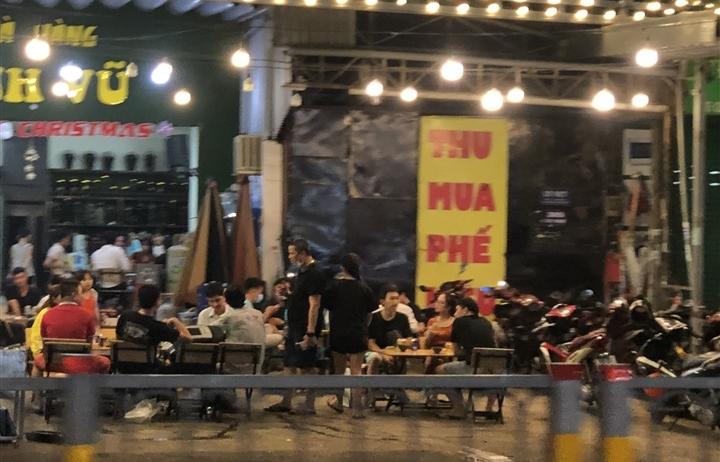 Quán nhậu ở TP.HCM vẫn tưng bừng đón khách dù thành phố chưa cho phép