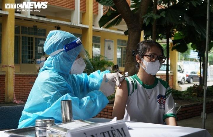 4 học sinh ở TP.HCM phải hoãn tiêm vaccine do từng mắc COVID-19 và có bệnh nền