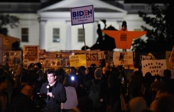 Người ủng hộ Biden tụ tập ăn mừng trước Nhà Trắng
