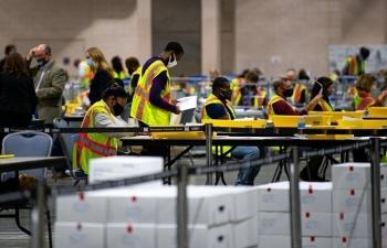 Philadelphia tạm dừng kiểm phiếu qua thư