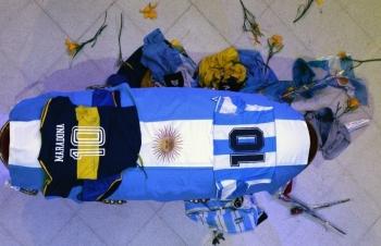 Dòng người vào viếng Maradona
