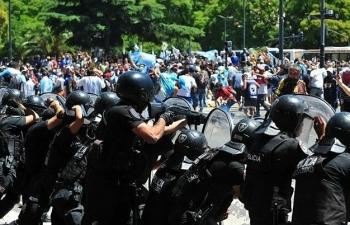Vì sao đám tang Maradona bạo loạn?