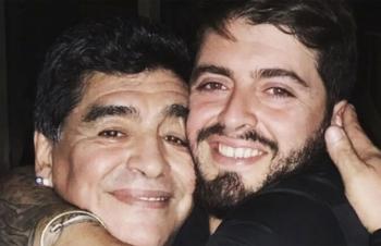 Con rơi thương tiếc Maradona