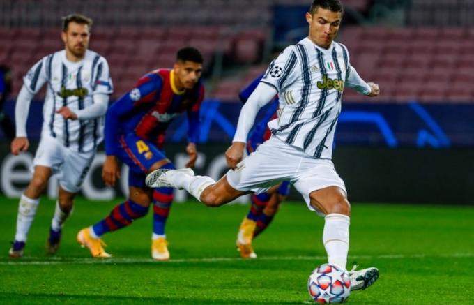 UEFA Champions League: Ronaldo đại thắng Messi, M.U phải xuống chơi Europa League