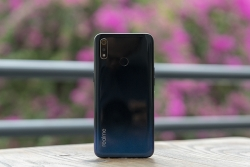can canh chiec smartphone realme 3 voi man hinh giot suong