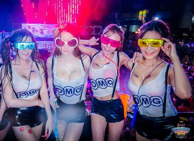 chi em van mac sexy di hoi te nuoc thai lan phot lo lenh cam ho hang