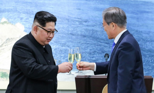 kim jong un lien tuc duoc moi ruou trong bua tiec voi moon jae in