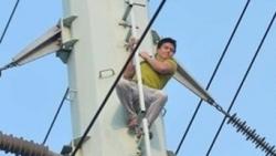 Hà Nội: Giải cứu an toàn nam thanh niên 'ngáo đá', leo hàng chục mét cột điện cao thế