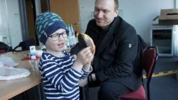 Đồng nghiệp làm thêm 3.300 giờ để ông bố đơn thân chăm con ung thư