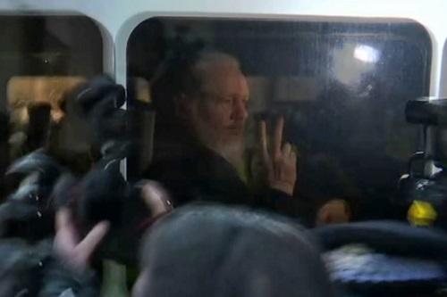 ong chu wikileaks gio tay chu v khi ra toa o london