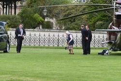 Nữ hoàng Anh bay trực thăng đến thăm hoàng tử bé