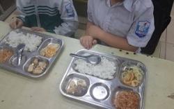 Phụ huynh Hà Nội tố suất ăn bán trú 22.000 đồng quá đạm bạc, chỉ có tép khô, vài miếng thịt