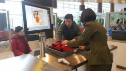 Hành khách thản nhiên mang đèn pin phát tia lửa điện lên máy bay