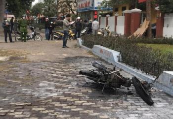 Vượt đèn đỏ, nam thanh niên tự đốt xe máy sau khi bị cảnh sát giao thông xử phạt