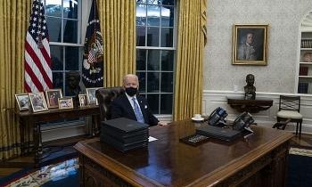 Biden bỏ nút gọi nước ngọt của Trump trên bàn làm việc
