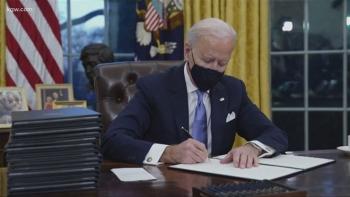 Ông Biden ký sắc lệnh tăng lương cho người lao động, hỗ trợ thực phẩm cho dân