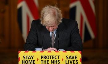 Thủ tướng Anh xin lỗi vì để người chết do Covid-19 vượt 100.000