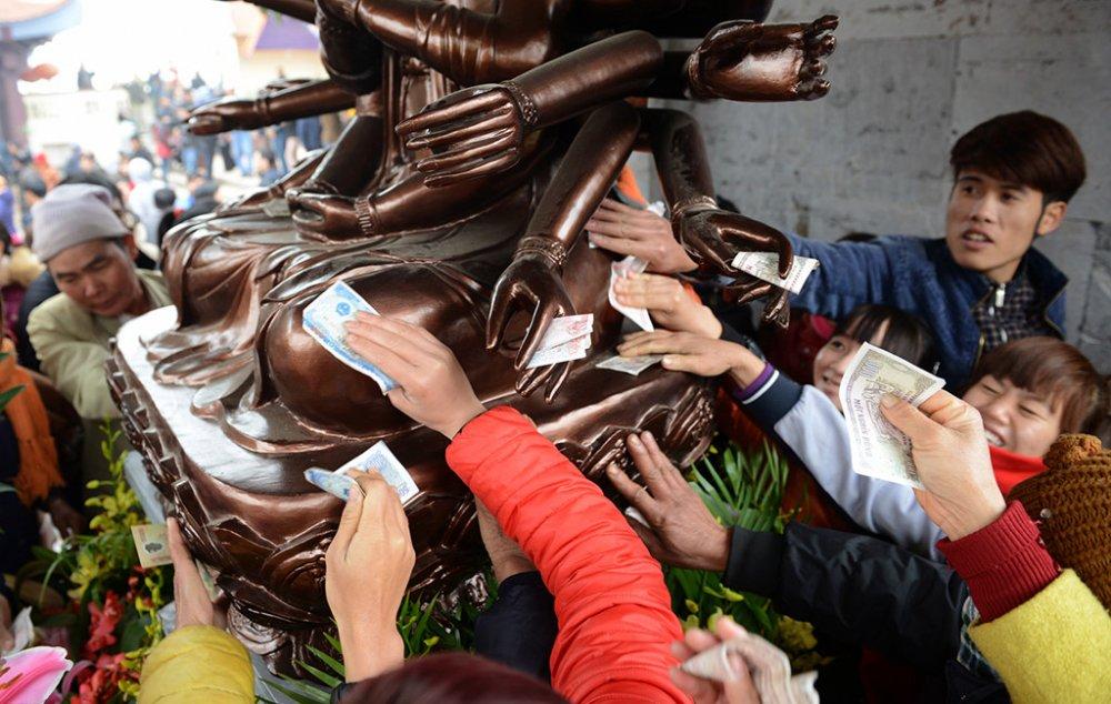 rai tien le trong den chua con nguoi dang dut lot mac ca voi than linh 153205