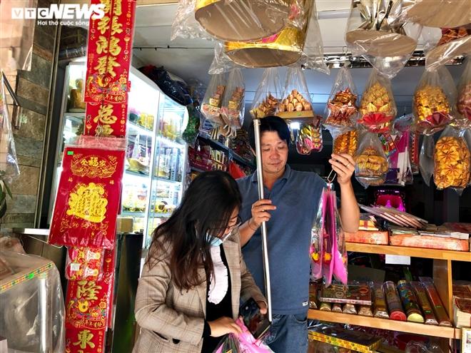 Người Sài Gòn mua 'ô tô điện, iPhone, iPad' cúng ông Công, ông Táo - 1