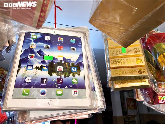 Người Sài Gòn mua 'ô tô điện, iPhone, iPad' cúng ông Công, ông Táo - 4