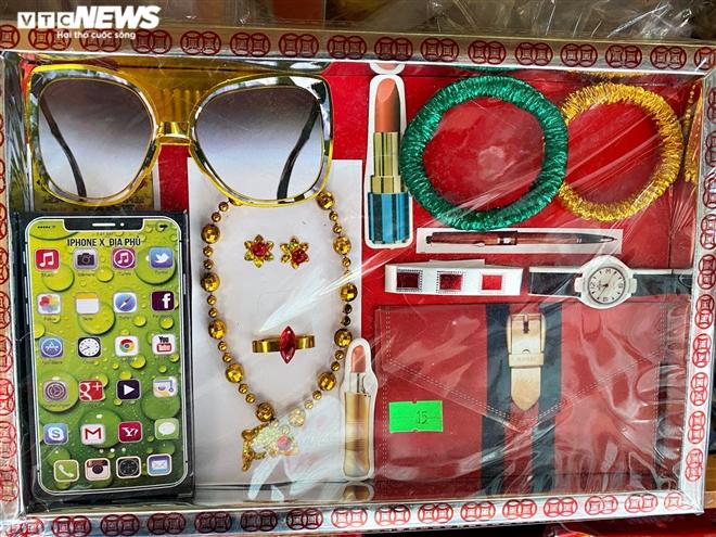 Người Sài Gòn mua 'ô tô điện, iPhone, iPad' cúng ông Công, ông Táo - 6