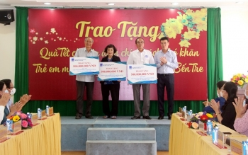 Chủ tịch Quốc hội Nguyễn Thị Kim Ngân tham dự lễ trao quà Tết tại tỉnh Bến Tre