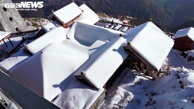 Tuyết phủ trắng dưới nắng vàng, đỉnh Fansipan đẹp như tiên cảnh ngày 29 Tết - 3