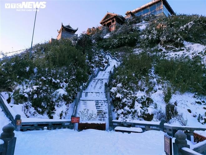 Tuyết phủ trắng dưới nắng vàng, đỉnh Fansipan đẹp như tiên cảnh ngày 29 Tết - 5