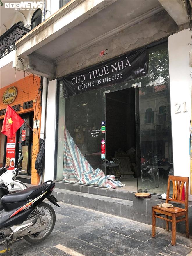 Hàng quán phố cổ Hà Nội nghỉ Tết kéo dài, khách sạn rao bán la liệt bằng tờ rơi - 10