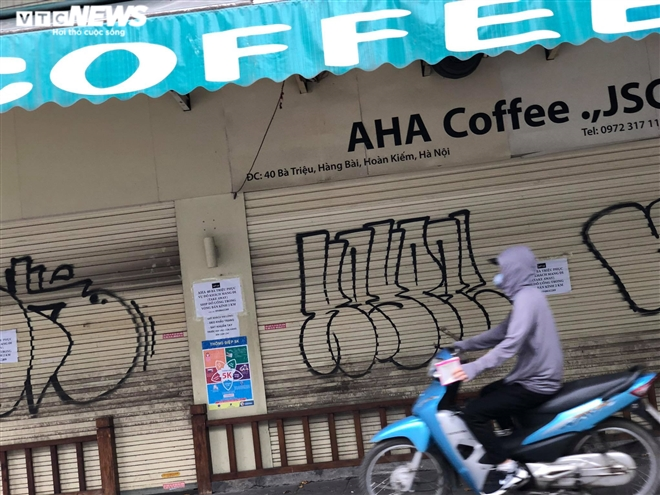 Hàng quán phố cổ Hà Nội nghỉ Tết kéo dài, khách sạn rao bán la liệt bằng tờ rơi - 13