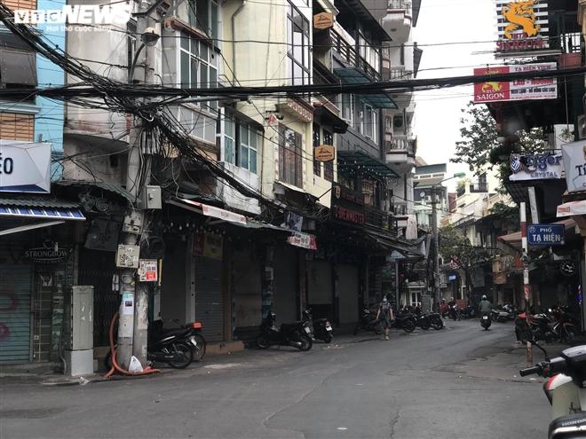 Hàng quán phố cổ Hà Nội nghỉ Tết kéo dài, khách sạn rao bán la liệt bằng tờ rơi - 1