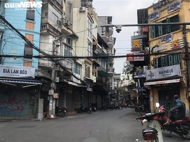 Hàng quán phố cổ Hà Nội nghỉ Tết kéo dài, khách sạn rao bán la liệt bằng tờ rơi - 2