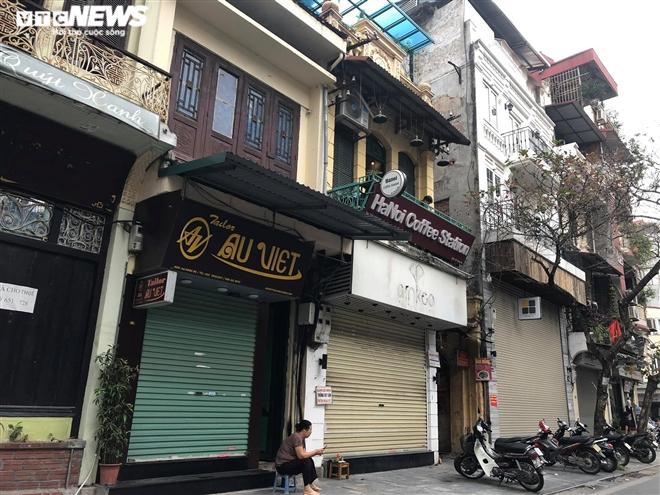 Hàng quán phố cổ Hà Nội nghỉ Tết kéo dài, khách sạn rao bán la liệt bằng tờ rơi - 4