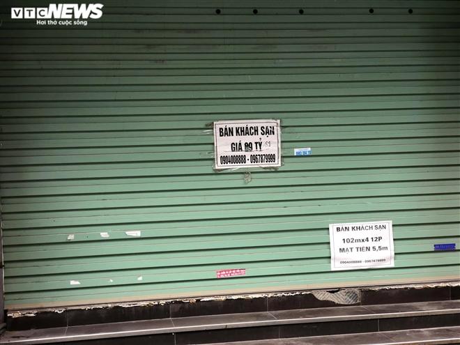 Hàng quán phố cổ Hà Nội nghỉ Tết kéo dài, khách sạn rao bán la liệt bằng tờ rơi - 7