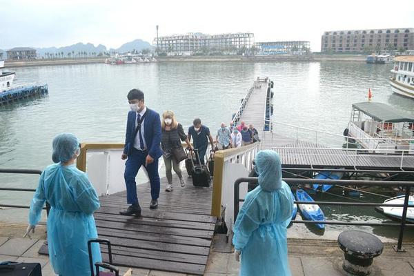 Cách ly 7 người trên tàu du lịch chở bệnh nhân 57 đi vịnh Hạ Long