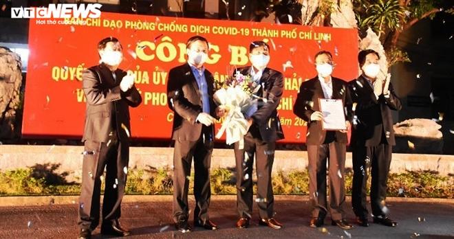 Người dân hô vang 'Chí Linh chiến thắng' thời khắc thành phố được dỡ phong tỏa - 1